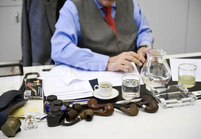 Presidentský kandidát Karel Schwarzenberg pracuje ve své kanceláři (a těch dýmek!)