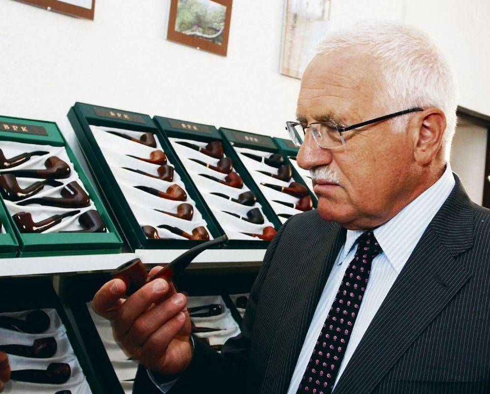 Václav Klaus zálibně si prohlížející bépékáčko!