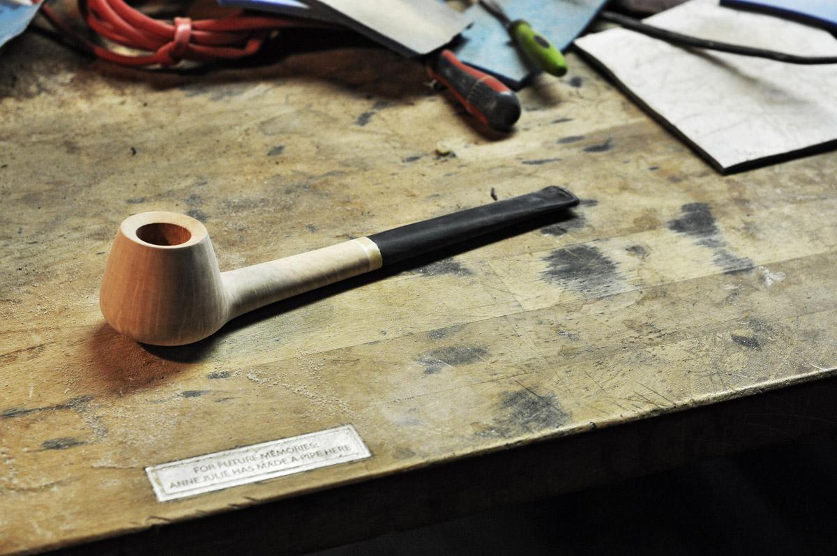 Po vybroušení smirkem. Všimněte si milého detailu na stole: For future memories: Anne Julie has made a pipe here